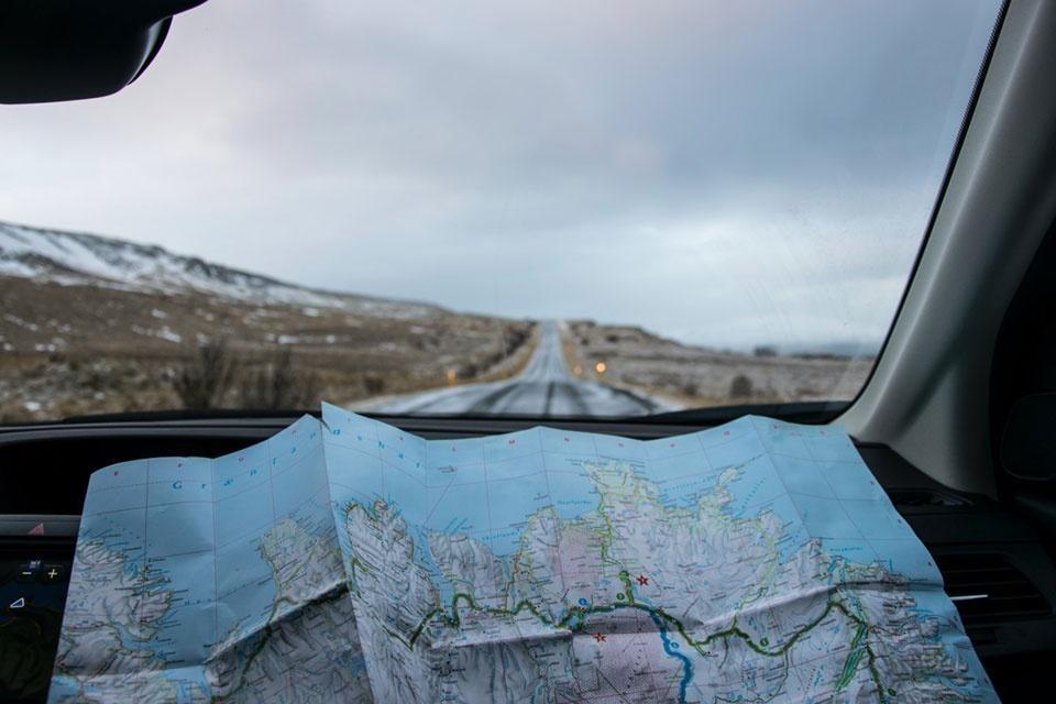 Wegenkaart van IJsland voorin een auto